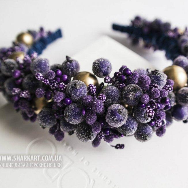 Фиолетовый венок с золотыми бусинами