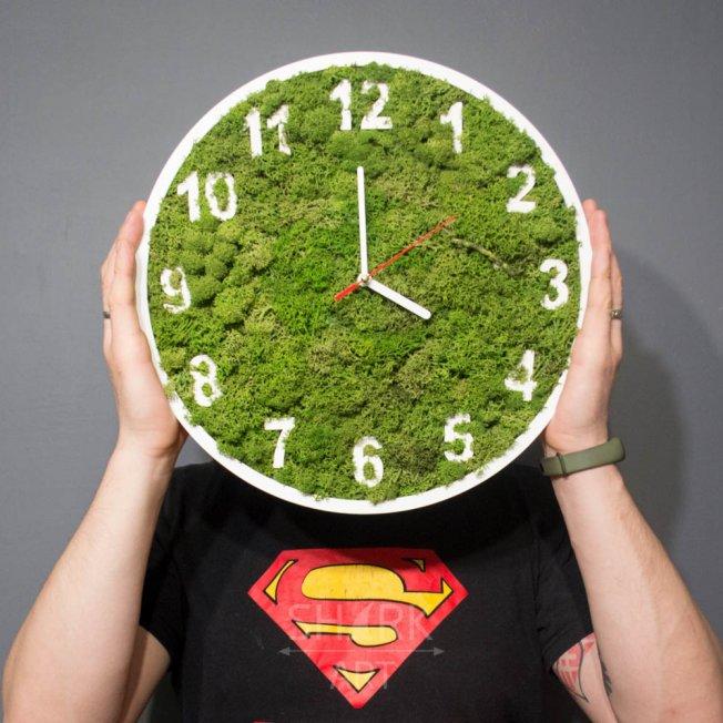 Часы с мхом