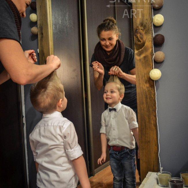 Большое зеркало в деревянной раме