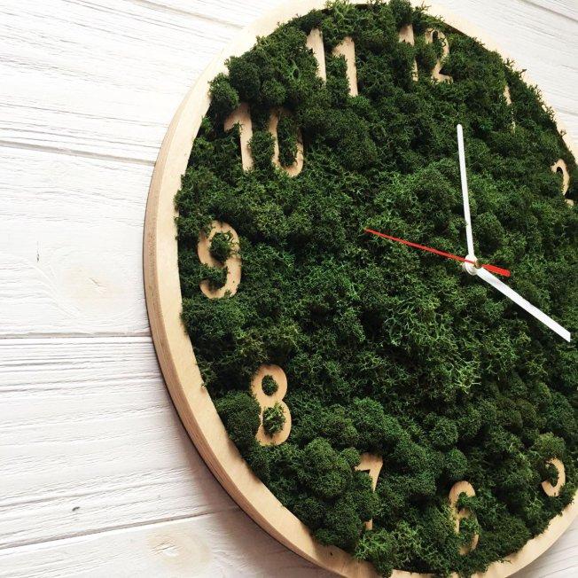 Деревянные часы с мхом