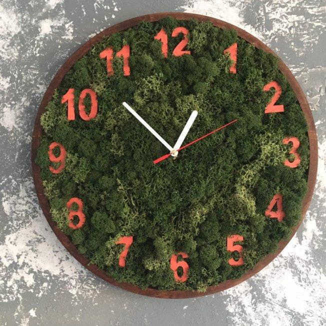 Часы с мхом. Оранжевые цифры